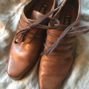 Unlisted leather laced oxford, unique closure